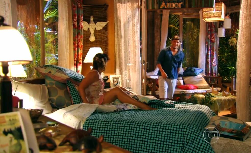 Juliano (Bruno Gissoni) entra de surpresa no quarto de Natália (Daniela Escobar) - 'Flor do Caribe' — Foto: Globo