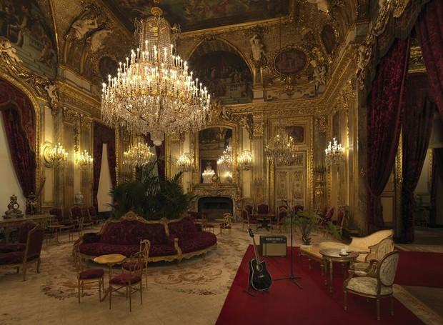 Que tal um baile nos aposentos de Napoleão III, dentro do Louvre? (Foto: Airbnb/ Reprodução)