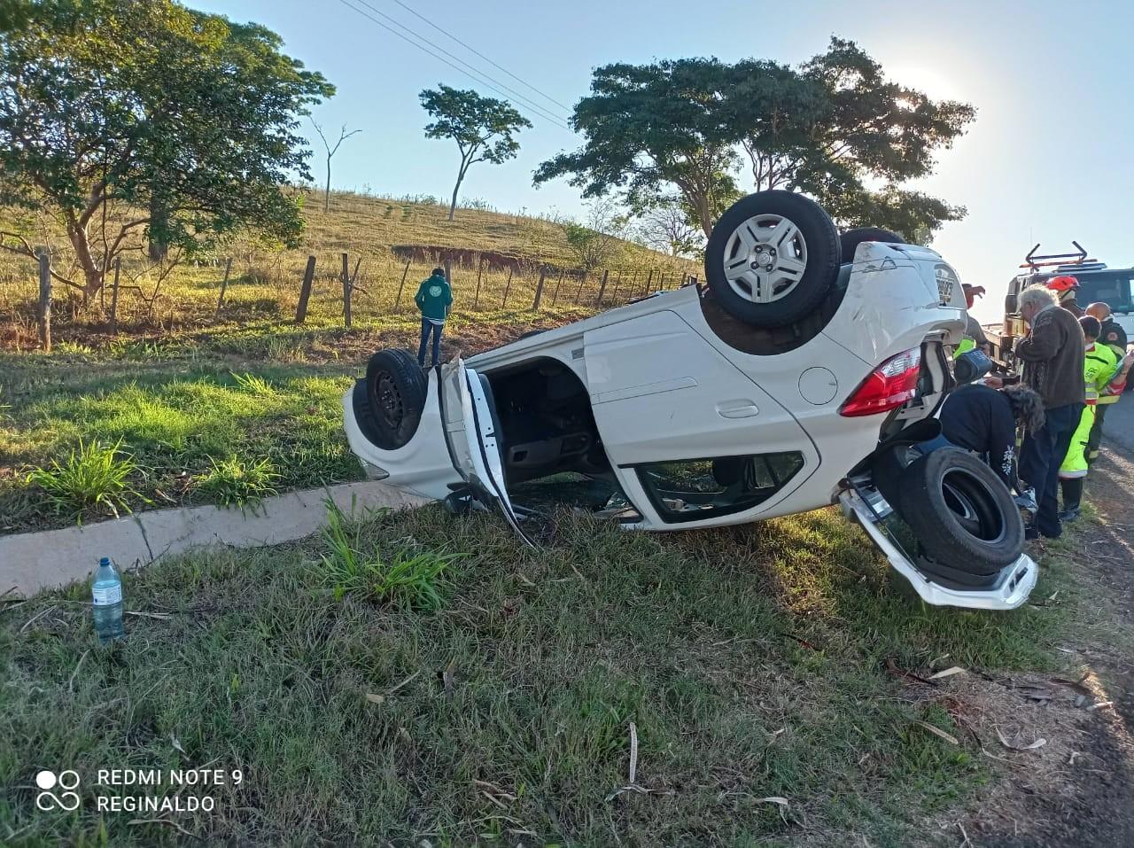 Carro capota em trecho da Rodovia Raposo Tavares em Álvares Machado