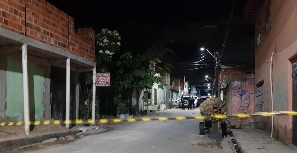 Jovem foi morto a tiros por suspeitos em carro no Bom Jardim. — Foto: Rafaela Duarte/ SVM