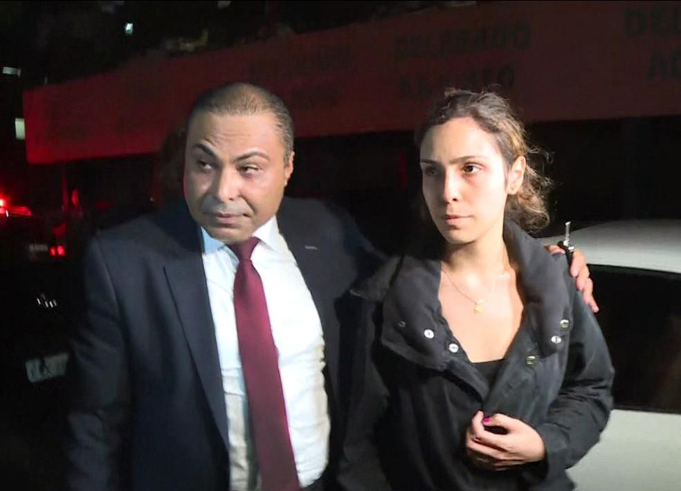 Isabela chega à delegacia com seu advogado Elinton Lima dos Santos para depor sobre a morte do ator Rafael Miguel — Foto: TV Globo/Reprodução/Arquivo
