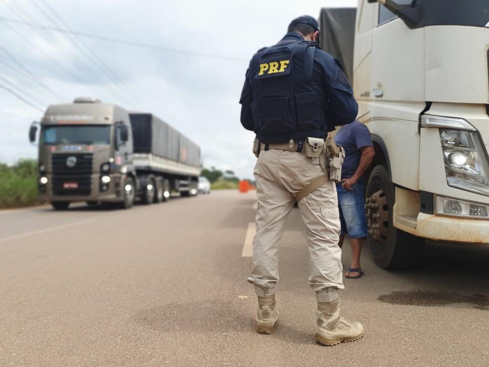 Mais de 60 veículos foram fiscalizados na Operação Jornada Segura em Rondônia — Foto: Divulgação/PRF