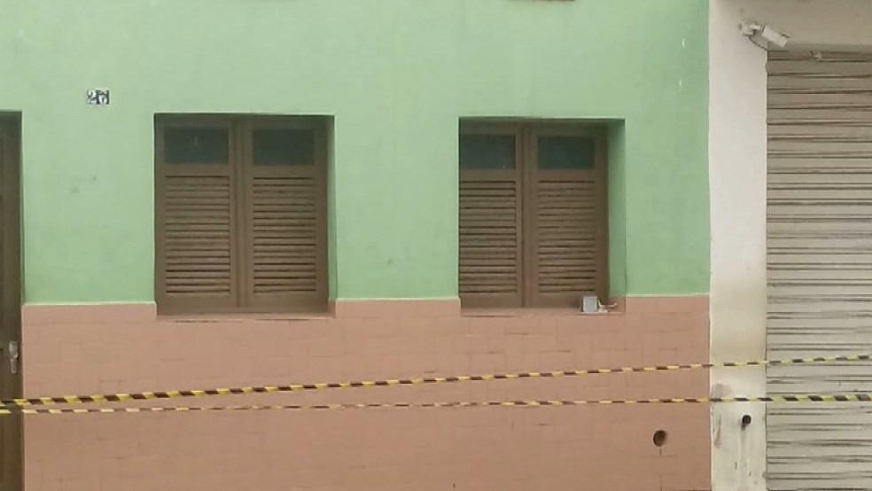Suspeitos deixaram um explosivo na janela de uma casa que fica ao lado dos Correios — Foto: Reprodução/TV Cabo Branco
