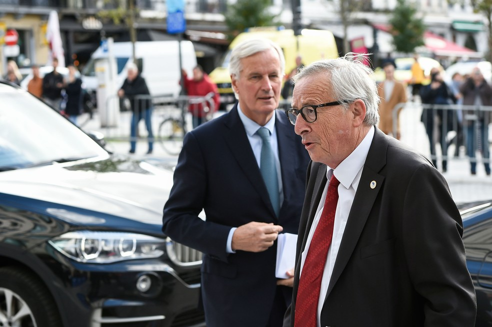 Presidente da Comissão Europeia, Jean-Claude Juncker (direita), e o negociador-chefe da UE para o Brexit, Michel Barnier, chegam para uma cúpula da União Europeia na sede da União Europeia em Bruxelas, nesta quinta-feira (17)  — Foto: John Thys / AFP