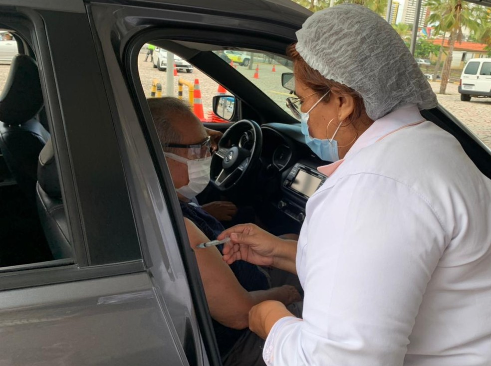 Idoso recebe vacina contra Covi-19 em ponto de drive-thru, em Natal (Arquivo) — Foto: Anna Alyne Cunha/Inter TV Cabugi