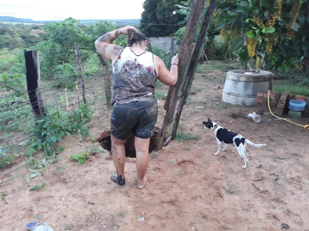 Mulher caiu em buraco após tampa de fossa quebrar e foi resgatada por policiais em General Carneiro — Foto: Polícia Militar de Mato Grosso