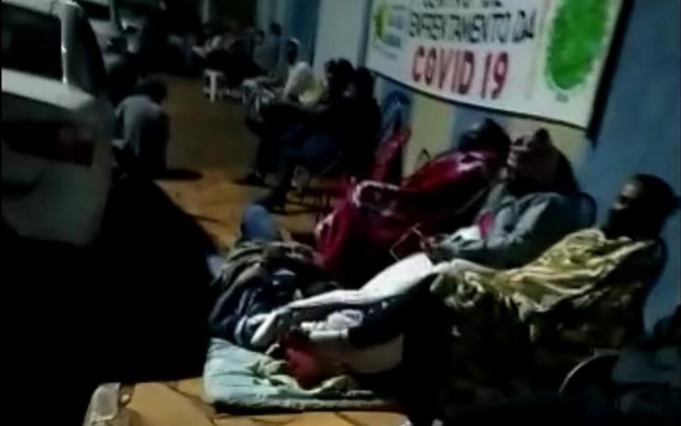 Moradores fazem fila a espera de vacina contra a Covid-19 em São João da Paraúna — Foto: Reprodução/TV Anhanguera