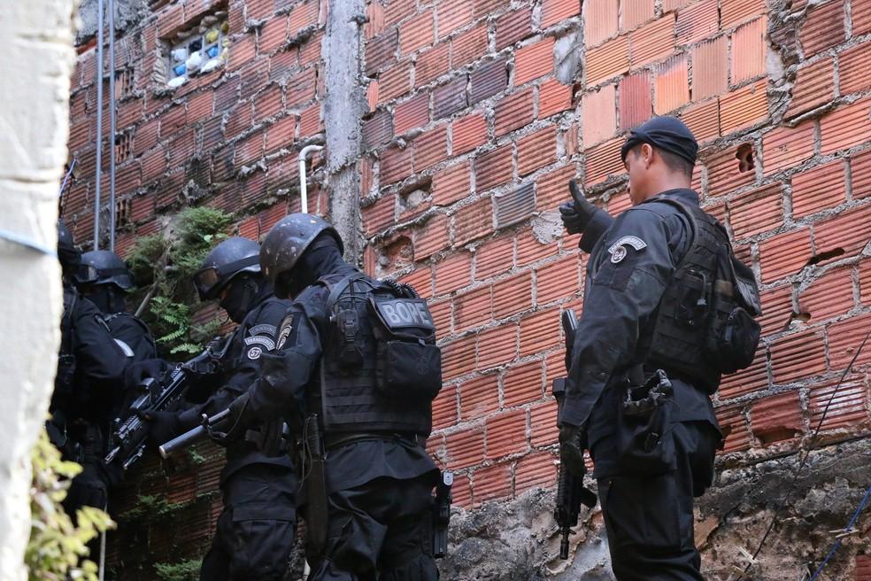Policiais do Bope durante negociação com o suspeito no bairro de São Cristovão (Foto: Alberto Maraux/ SSP-BA)