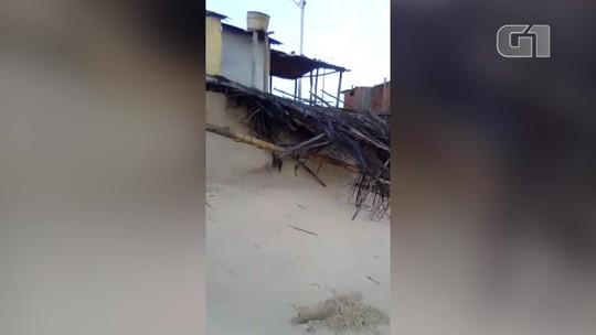 Fortes ondas causadas por ressaca destroem barracas na Praia da Pedra do Sal, Litoral do Piauí
