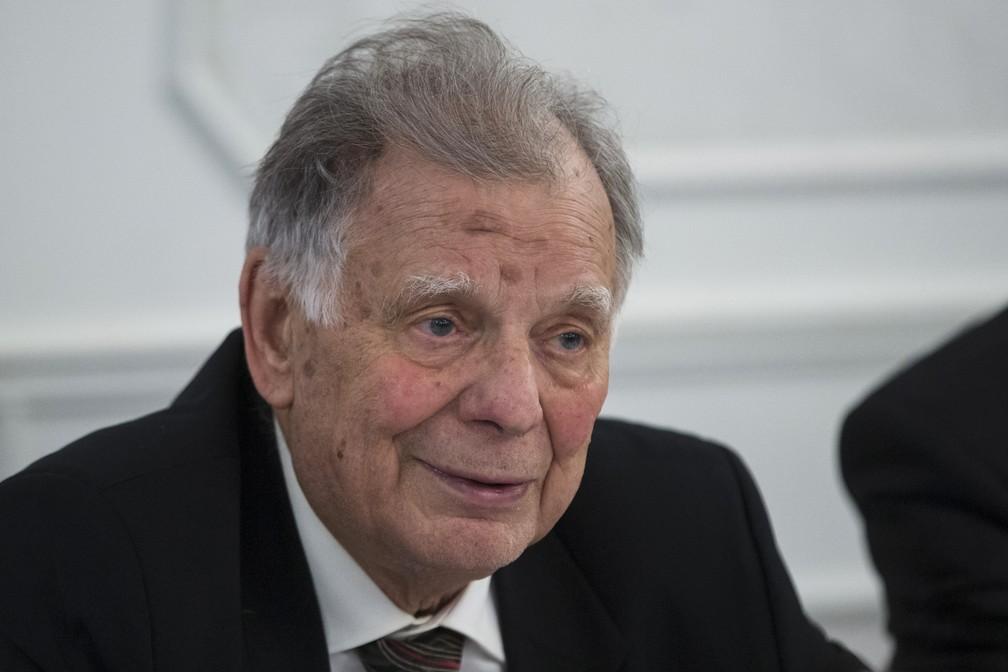 O ganhador do Prêmio Nobel em Física em 2000, Zhores Alferov, morreu neste sábado (2) em São Petersburgo, na Rússia, aos 88 anos. — Foto: Pavel Golovkin/AP