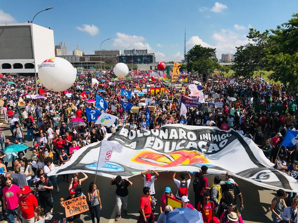 Brasília - Estudantes e professores protestam contra o bloqueio de recursos para a educação durante passeata pela Esplanada dos Ministérios — Foto: Dida Sampaio/Estadão Conteúdo