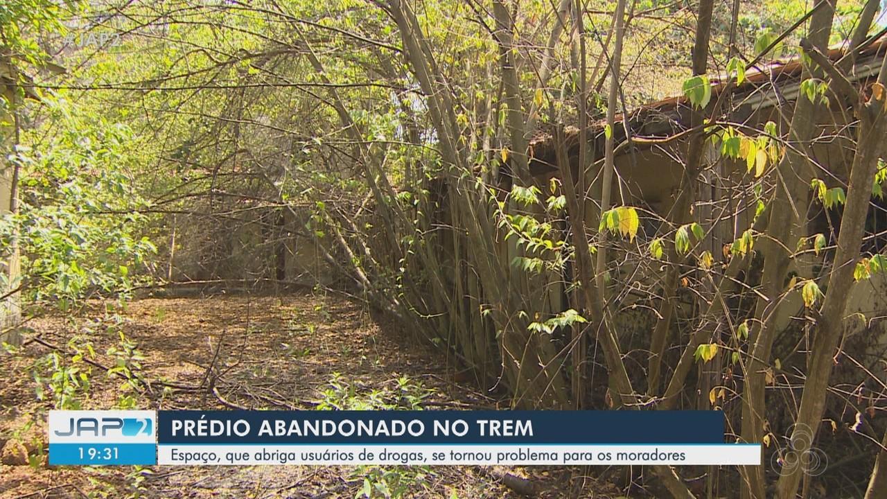 Prédio abandonado no AP com animais e usuários de drogas virou transtorno para vizinhos