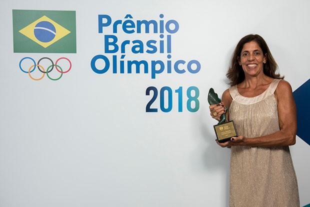 Jackie Silva recebe o Prêmio Adhemar Ferreira da Silva (Foto: Alexandre Loureiro/COB)