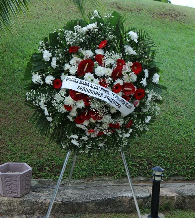 Famosos enviam coroas de flores (Foto: Daniel Pinheiro/AgNews)