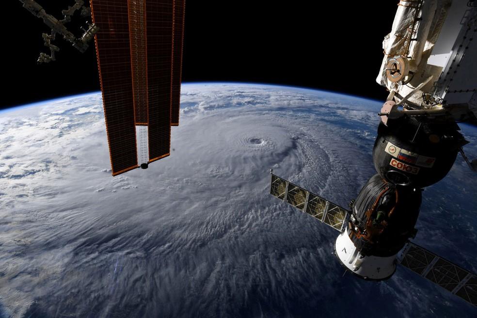 Foto tirada a partir de Estação Espacial mostra o Furacão Lane se aproximando do Havaí, na quarta-feira (22)  (Foto: Courtesy @astro_ricky/NASA/ Reuters)