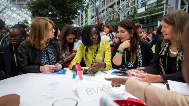 Maghi Nanyombi, uma das fundadoras do aplicativo, exibindo o BVKit em uma conferência (Foto: Reprodução/Facebook)