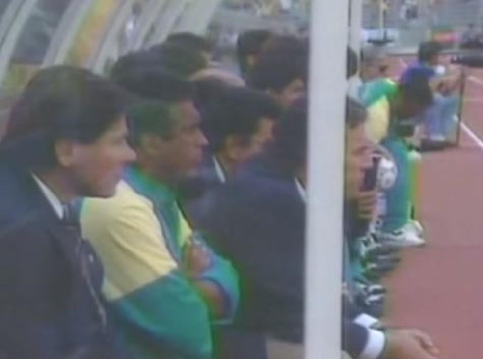 Lazaroni no banco de reservas na partida contra a Argentina — Foto: Reprodução