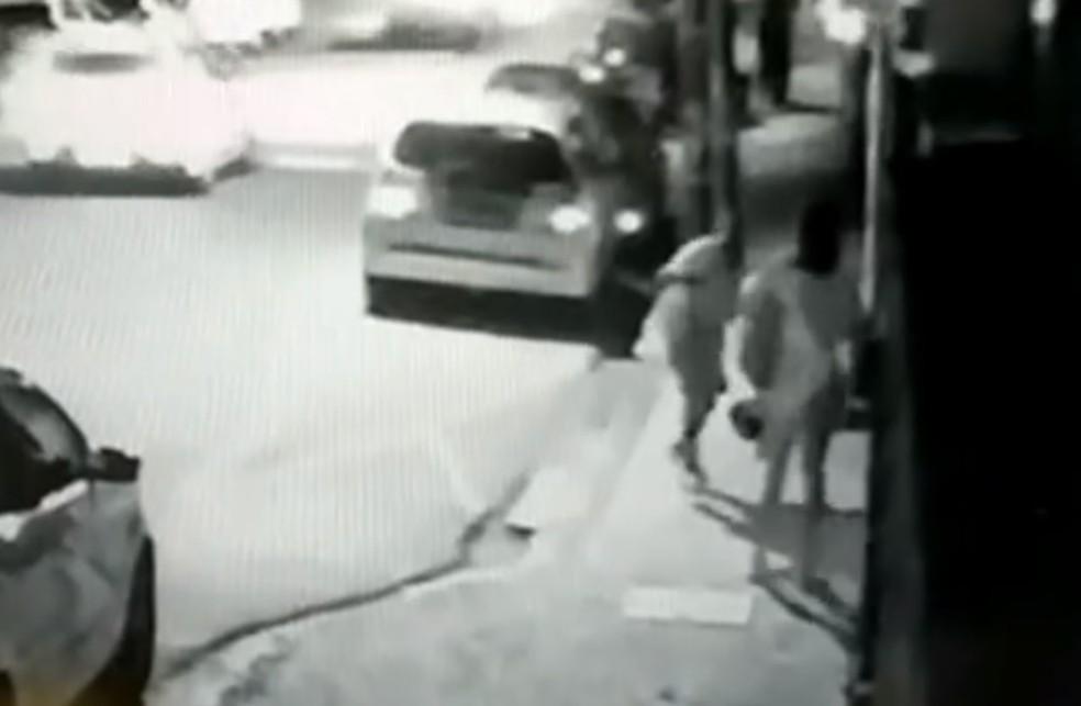 Câmera de segurança flagra assalto no bairro das Graças, na Zona Norte do Recife, em outubro — Foto: Reprodução/TV Globo