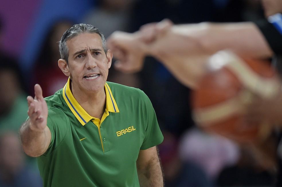O técnico José Neto durante a final de basquete feminino entre Brasil e Estados Unidos, nos Jogos de Lima — Foto: Alexandre Loureiro/COB