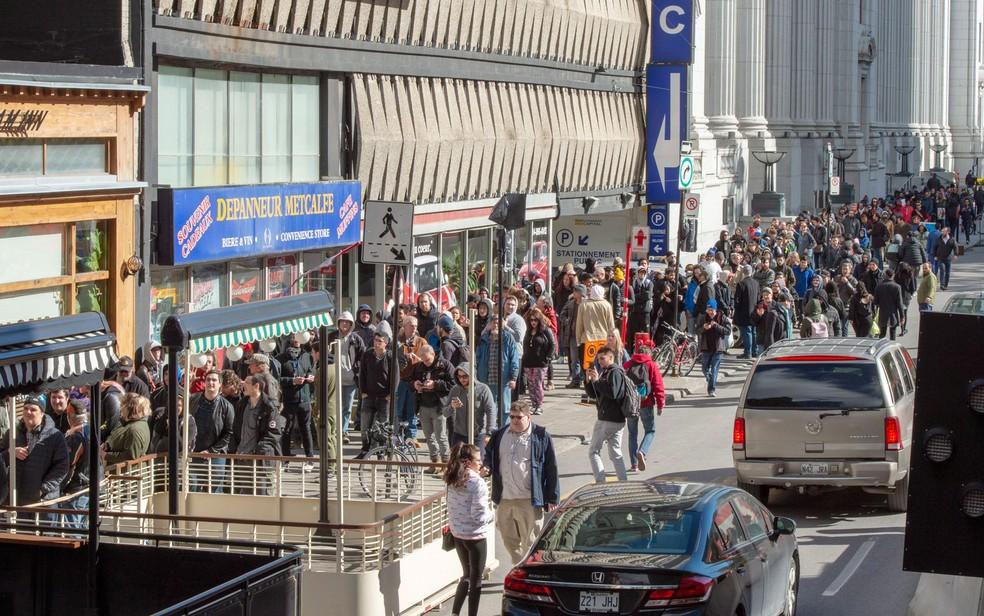 Centenas de pessoas aguardam em fila para comprar maconha em loja do governo em Montreal, no primeiro dia de liberação da substância para uso recreativo no Canadá, na quarta-feira (17) — Foto: Ryan Remiorz/The Canadian Press via AP