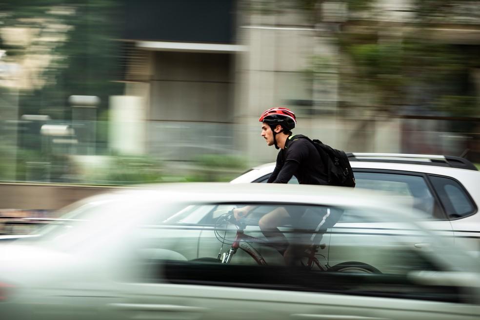 Ao usar a bike como meio de locomoção, conquiste a habilidade para pilotá-la no trânsito e só então comece a fazer exercícios de musculação — Foto: Unsplash