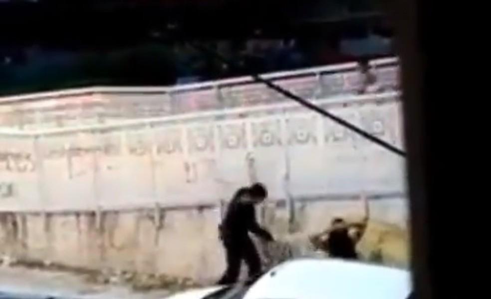 PM tenta identificar policiais envolvidos no caso de agressão em Fortaleza — Foto: Reprodução
