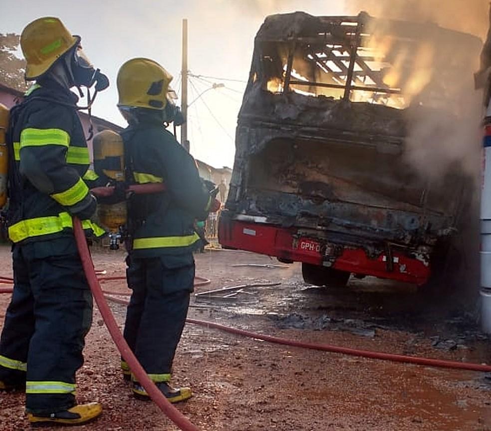 Bombeiros combatem chamas em ônibus após ataques em Elói Mendes (MG) (Foto: Corpo de Bombeiros)