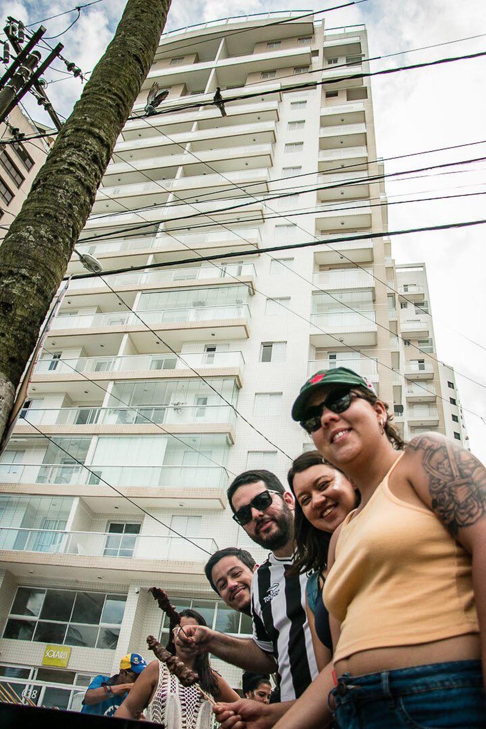 Militantes fazem churrasco em frente ao triplex, no Guarujá, atribuído ao ex-presidente Lula. (Foto: Mariana Dias/Arquivo Pessoal)