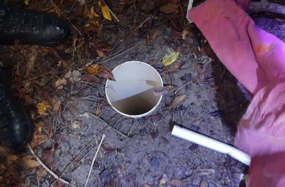 Local onde um dos tonéis estava enterrado — Foto: Divulgação/Polícia Militar