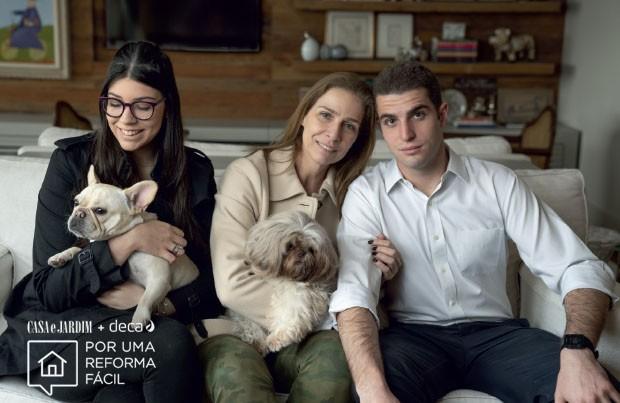 Apartamento no Real Parque | Paola, com o shih tzu Bono, entre os filhos Isabella, com a bulldog francês Nina, e Pedro, no living  (Foto: Divulgação Deca)