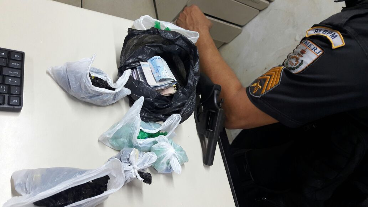 Jovem é detido com arma e drogas em comunidade de Campos, no RJ