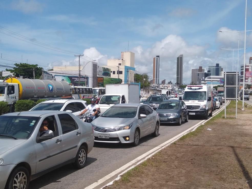 Trânsito congestionado na BR-101, em Natal — Foto: Igor Jácome/G1