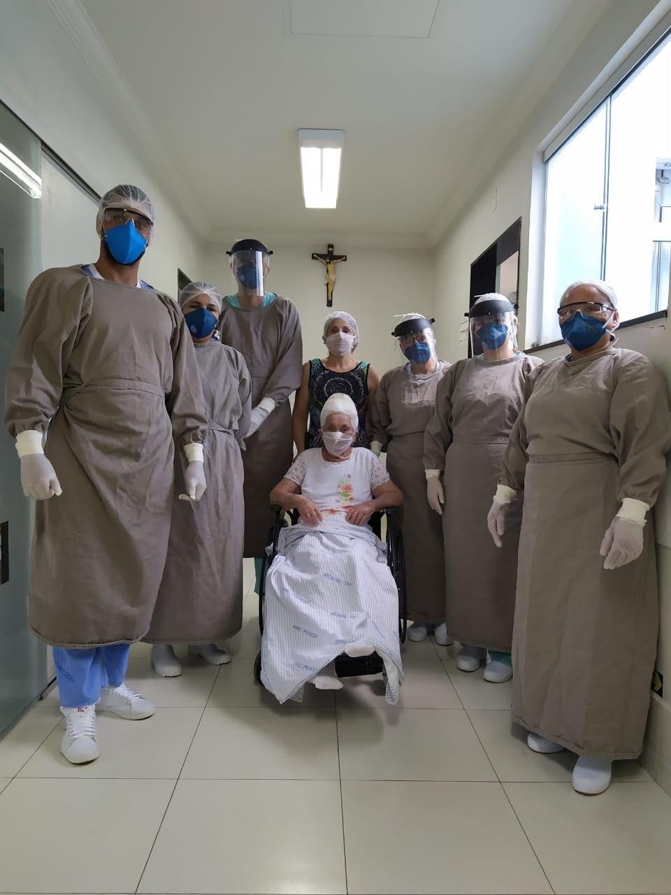 Idosa curada da Covid-19 recebe alta de hospital em Pará de Minas
