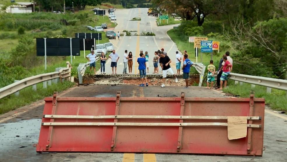 Ponte na BR-265 caiu após chuva forte no último domingo em Nazareno (Foto: Reprodução EPTV)