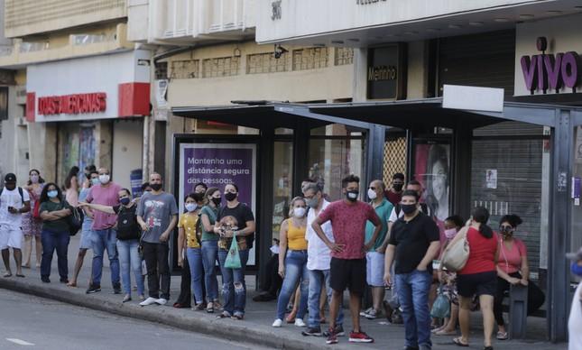 Passageiros aguardam em ponto de ônibus na Tijuca
