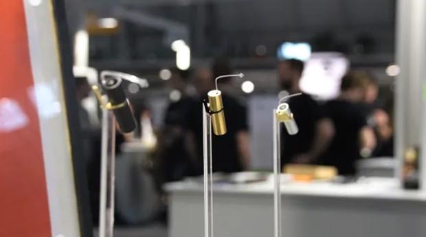 Aparelho tem tubo, que é colocado dentro do ouvido do usuário (Foto: Divulgação)