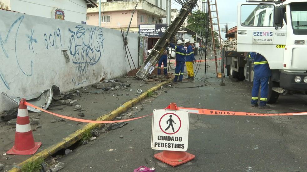 Poste teve que ser substituído após ser atingido por carro em Olinda — Foto: Reprodução/TV Globo