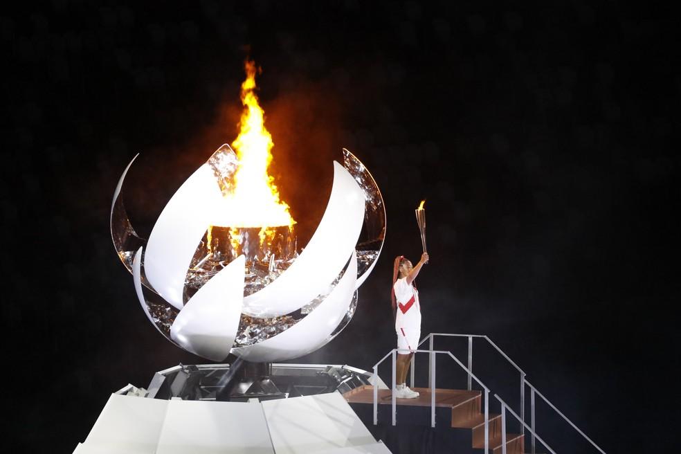 Naomi Osaka acende pira olímpica na cerimônia de abertura de Tóquio 2020 — Foto: André Durão