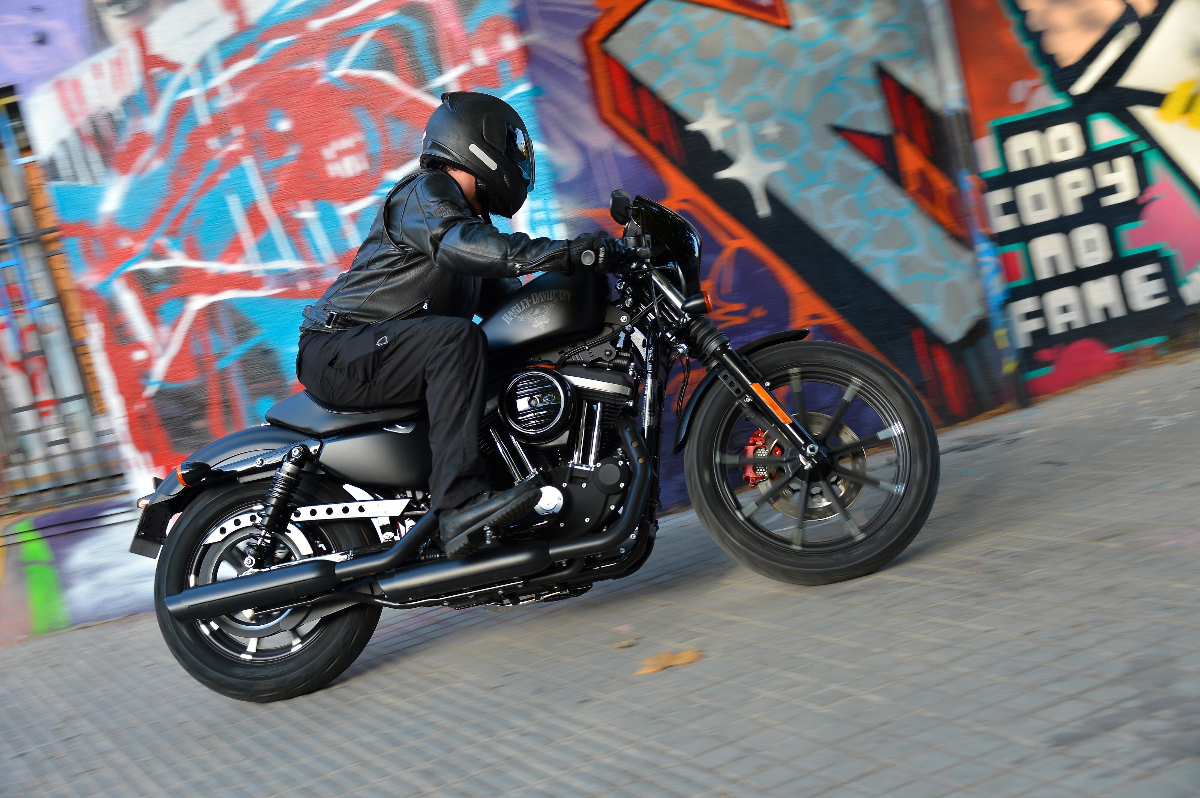 Fernando Cavalcanti dá uma volta com os novos modelos Harley-Davidson pela Catalunha  (Foto: Divulgação)