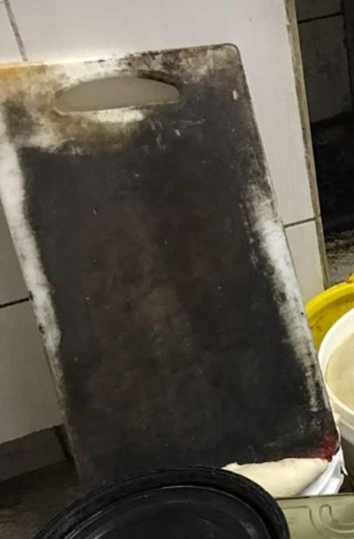 Tábua de carne enferrujada também foi encontrada em pastelaria interditada em Petrópolis, no RJ (Foto: Divulgação / PMP)