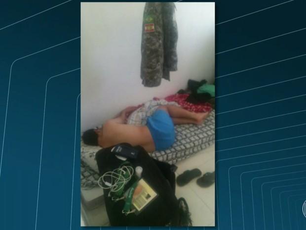Foto mostra homem dormindo em colchonete ao lado de uma credencial da Olimpíada (Foto: Reprodução/Globo)