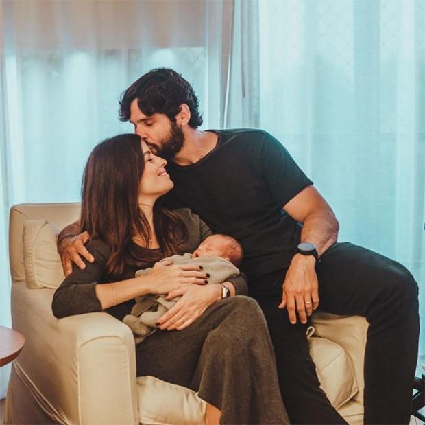 Dudu Azevedo posa com ofilho, Joaquim e a mulher, Fernanda Mader (Foto: Reprodução / Instagram)