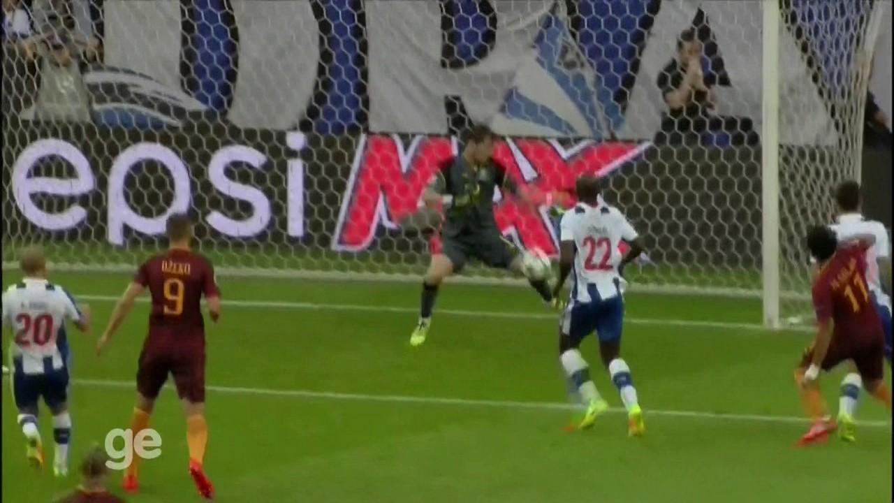 """Casillas ficou famosão agarrando com camisa do Real Madrid e da seleção da Espanha. Mas foi no Porto que encerrou a carreira. Então, pega essa defesa tripla de Iker vestindo a """"camisola do clube português""""."""