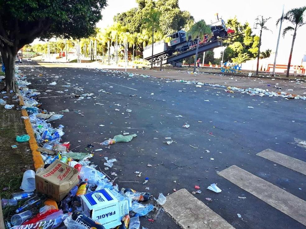 Orla ferroviária em Campo Grande amanheceu suja e com jardins pisoteados em torno da Maria Fumaça. — Foto: Osvaldo Nóbrega/TV Morena