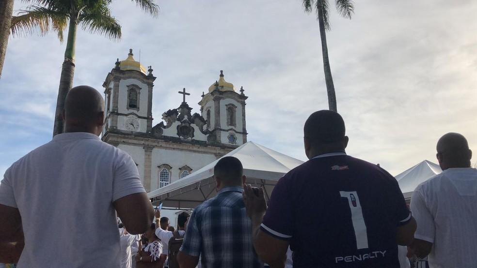 Missas são realizadas do lado de fora da Basílica — Foto: Vanderson Nascimento/TV Bahia