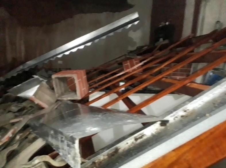 Chuva derruba casa, interdita imóveis e alaga ruas em Jacareí, SP