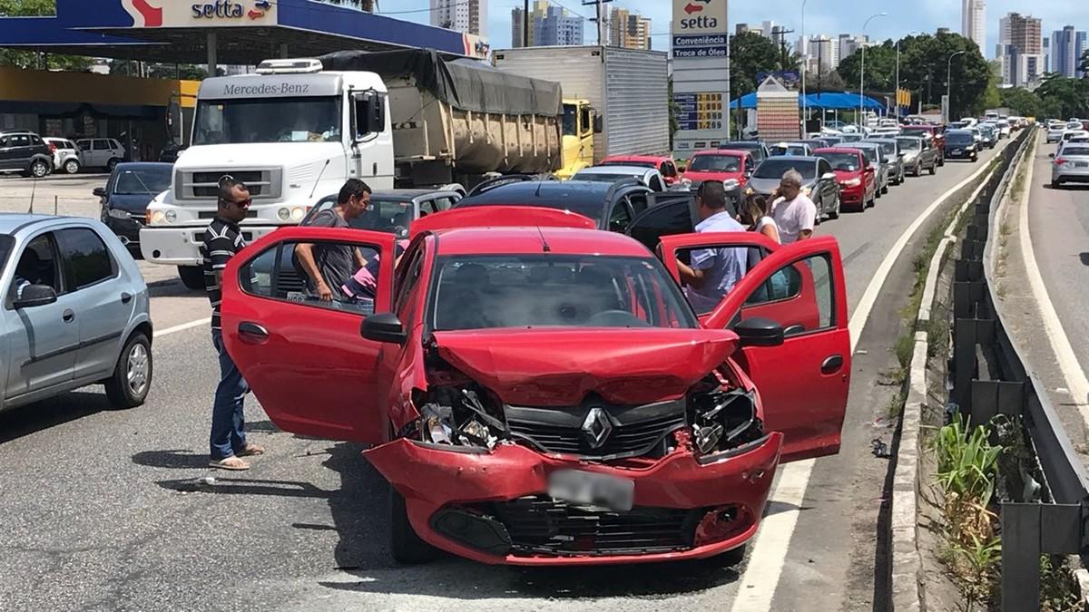 Acidentes deixam trânsito lento na BR-230, em João Pessoa