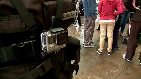 Câmeras em coletes de PMs no RS mostram atendimento de acidente