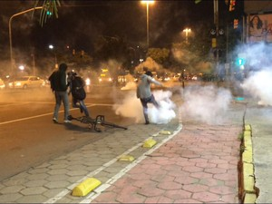 Grupo protesta contra posse de Michel Temer em Porto Alegre (Foto: Fabio Almeida/RBS TV)