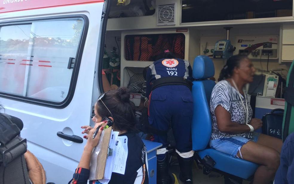 Samu fazendo o atendimento das vítimas da batida entre trens em Salvador, na tarde desta sexta-feira (1º) — Foto: João Souza/G1BA
